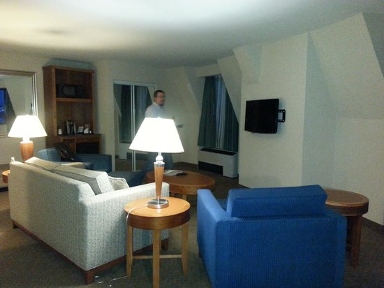 Hilton Garden Inn Portsmouth Downtown: Suite - Living Room