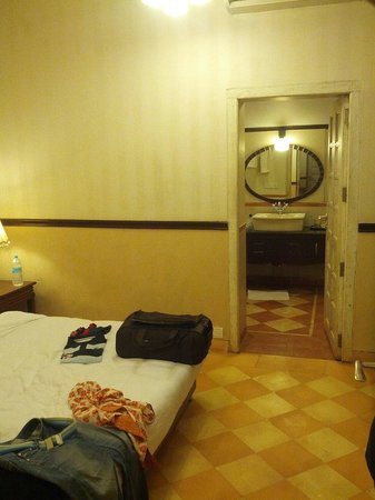 Citrus Chambers Mahabaleshwar: Suite - small stinking room without window