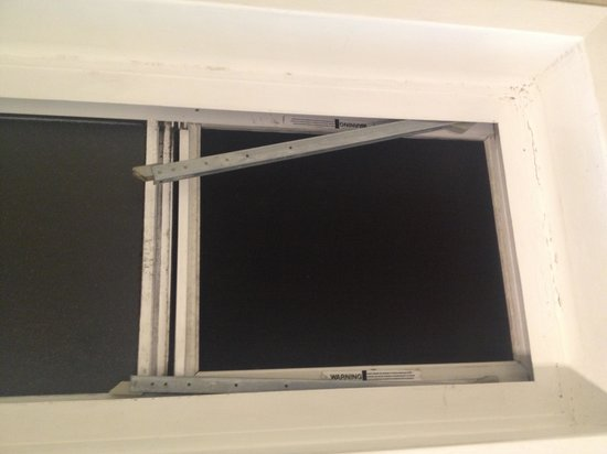 Days Inn Costa Mesa/Newport Beach: Missing window?!