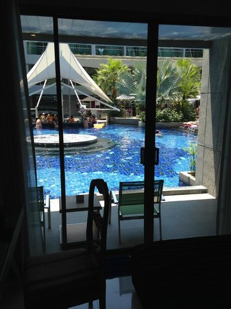 The KEE Resort & Spa : Balcony with access to Pool with Bar