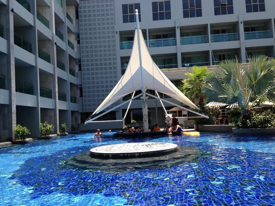 The KEE Resort & Spa : Pool with bar