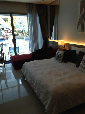 The KEE Resort & Spa : Bed with sofa and again so easy access to the pool