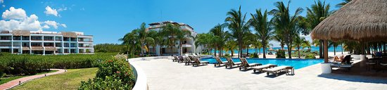 Residencias Reef Condos: Panoramic of the main pool.