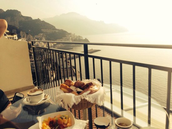 Santa Caterina Hotel: Breakfast on the patio overlooking the Mediterranean