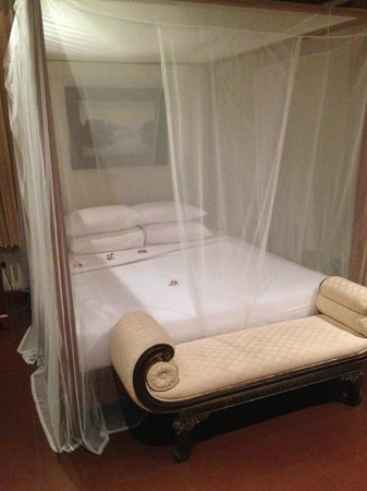 Oriental Siam Resort: Honeymoon Suite bed