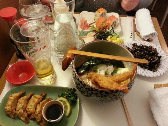 Le Sushi Bar: Gyoza, bol de ramen, salade d'algues, petit chirachi et sushis