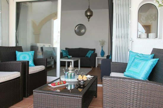 Villa Carpe Diem : Appartement Casablanca, de loungeset buiten.