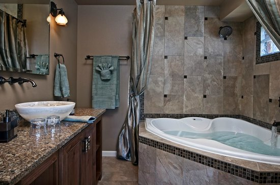 Chehalem Ridge Bed and Breakfast: The bathroom of the High Desert Suite has a 2-person jetted tub for relaxing.