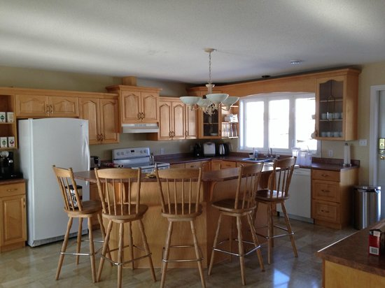 The Kitimat Guesthouse : lovely spacious kitchen