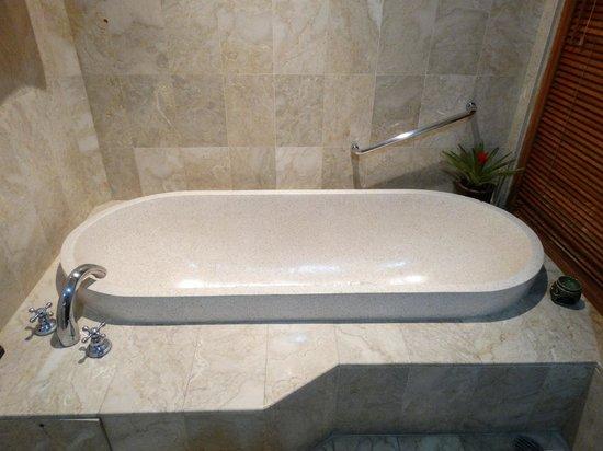 Karma Royal Jimbaran: Bath tub
