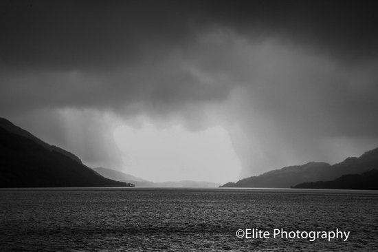 Lochside Guest House: The weather closes in over Loch Lomond from Inverulag.