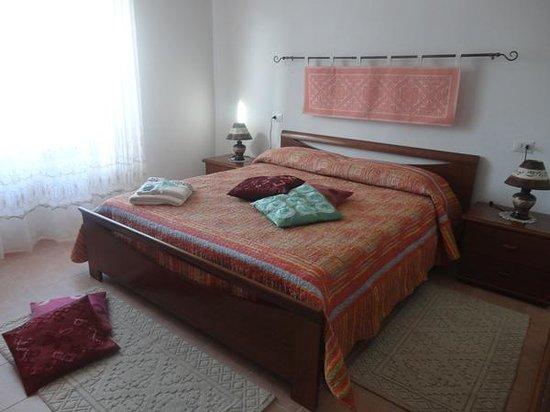B&B Le Petunie : camera arancio classica e comfortevole