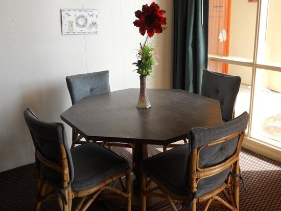 Sea Shell Inn Motel: Dining Table