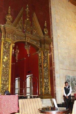 Hilton Moscow Leningradskaya: Знаменитая арка у входа в лифтовой холл