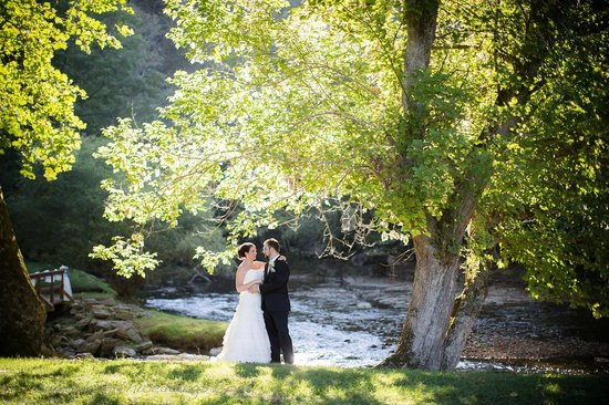 Greenville, Batı Virjinya: Wedding Couple by Indian Creek at Creekside