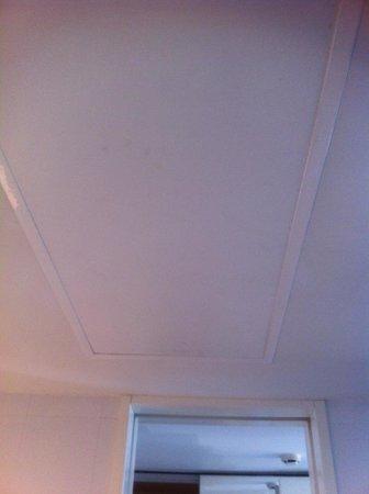 The Level at Meliá Barcelona Sky: La humedad del baño hace que el techo esté muy manchado