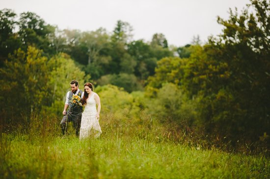 Greenville, Virginie-Occidentale : Creekside Resort Wedding Couple in the Meadows
