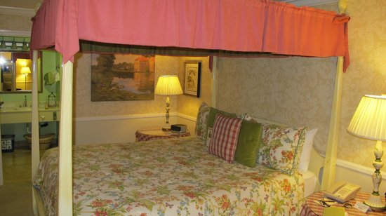 Apple Farm Inn : Charming room colors