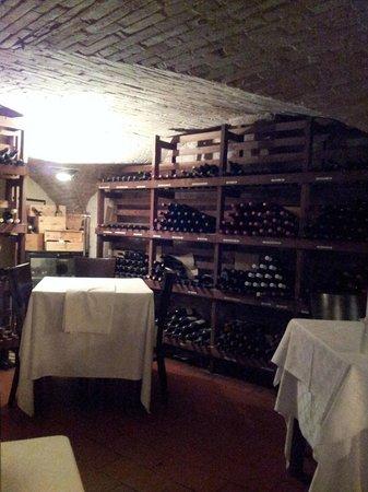 La Taverna : Grotta dei vini