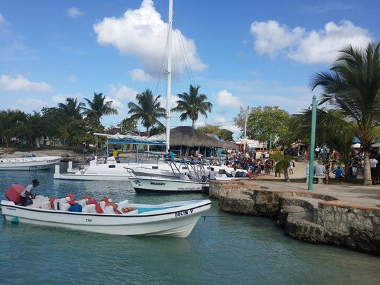 Hotel Bayahibe: Dos minutos caminando desde el hotel para tomar los botes para ir a Isla Saona
