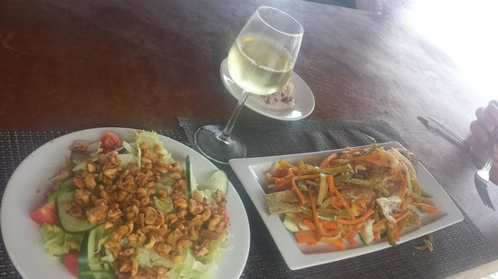 Sandy Haven Resort: grilled fish and curry chicken cashew salad