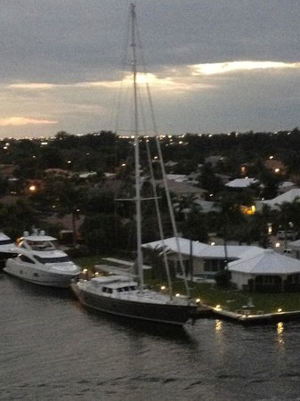 Residence Inn Fort Lauderdale Intracoastal/Il Lugano: Giant sailboat across from us