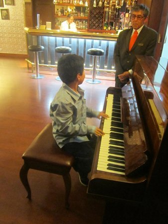 Lancaster House: Cuenta con música: piano