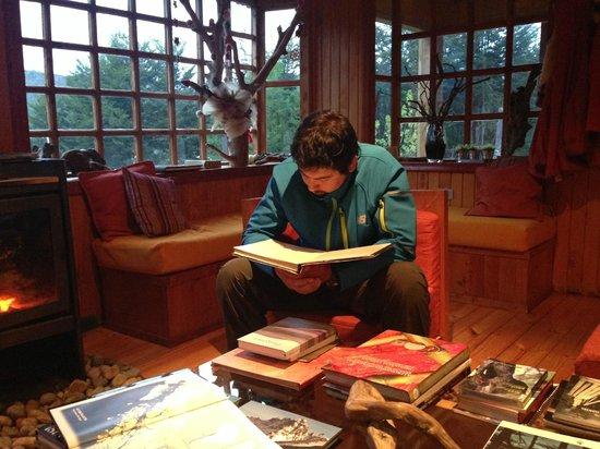 Entre Hielos Lodge: living en el lodge donde tienen muchos libros sobre tortel y carretera austral