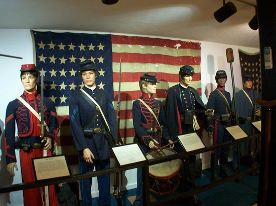 Andersonville, จอร์เจีย: Infantry, Drummer Boy and Artillery Uniforms plus 35 star Trophy Flag from Battle of Monocacy
