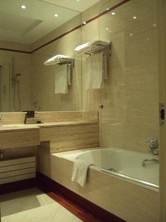 Melia Recoletos Hotel: Baño e habitación doble estándar.
