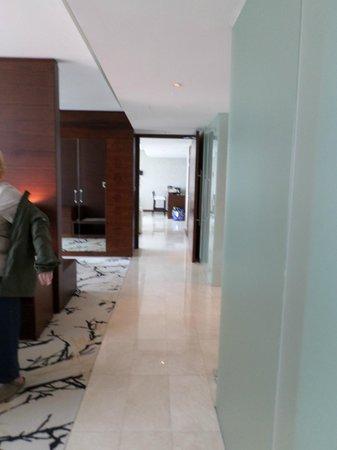 Fairmont Bab Al Bahr : Looking end to end in our huge suite
