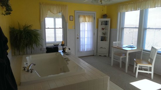 Cliff Manor Inn : Large jacuzzi in second room of Riverview Suite
