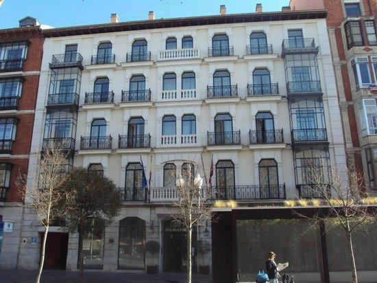 Melia Recoletos Hotel: Fachada principal del hotel.