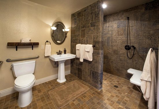 Vioginer suite bathroom picture of wilson creek manor for Above and beyond salon temecula ca