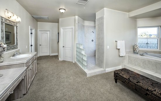 Grand bridal suite bild von wilson creek manor temecula for Above and beyond salon temecula ca