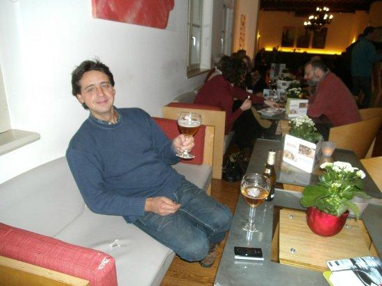 Ibis Brugge Centrum : Tomando una birra en el lobby