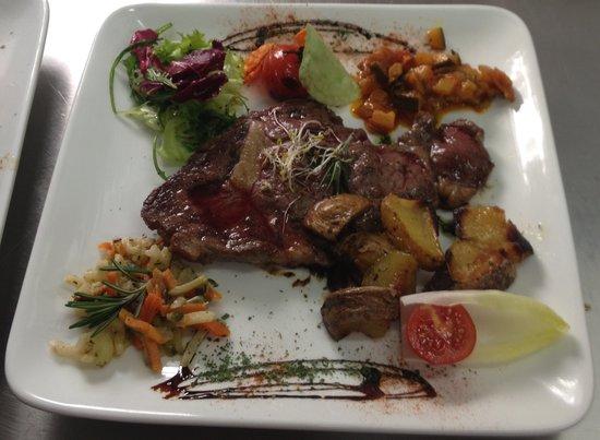 Au Turenne le Caveau: Belle entrcôte, à l'huile de truffe et ses légumes de saison.