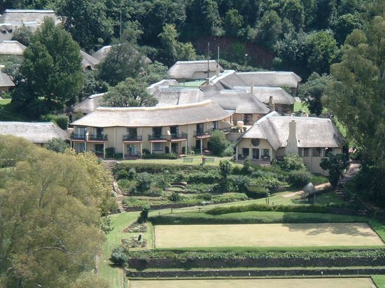 Cavern Drakensberg Resort & Spa : View of rooms & bowling green from the Ridge