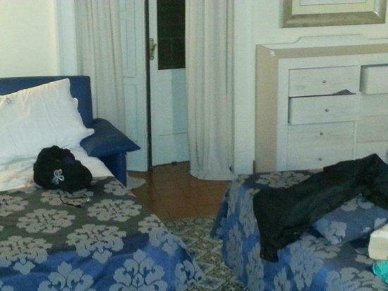 Maison Tofani : bedroom and balcony