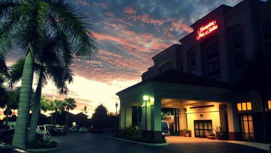 Hampton Inn & Suites Fort Myers-Estero/FGCU : Beautiful Florida sunrise over the Hampton Inn