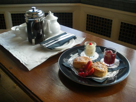 Cragwood Country House Hotel: tea and scones