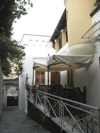 La Magnolia: Row of terraces along private alleyway