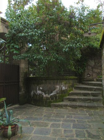 La Magnolia : Charming area along the little alleyway