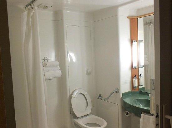 BEST WESTERN Ajaccio Amiraute : cabina bagno, strana ma comoda