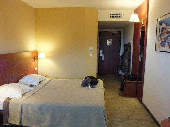 BEST WESTERN Ajaccio Amiraute : letto e camera verso ingresso