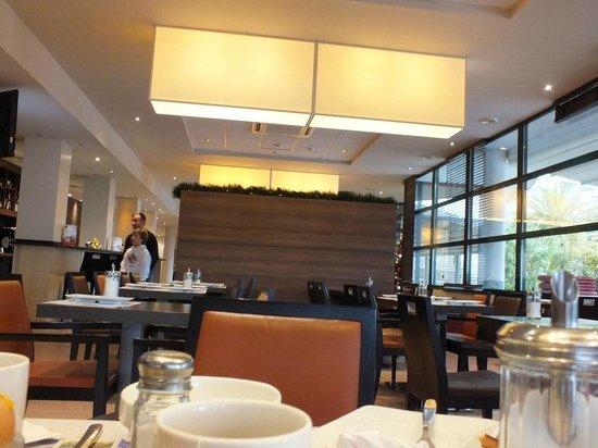 BEST WESTERN Ajaccio Amiraute: sala colazione con veduta sul porto