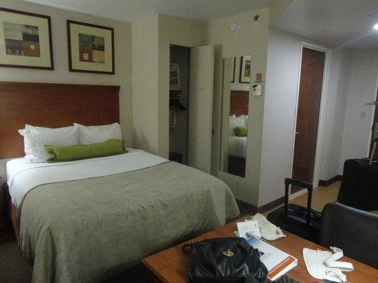 Candlewood Suites New York City Times Square: ropero y caja fuerte, habia plancha y tabla de planchar