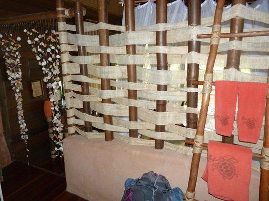 Koh Tao Cabana: Séparation entre la chambre et la salle de bain