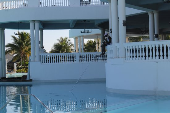 Grand Palladium Lady Hamilton Resort & Spa: cleaning the infinity pool.