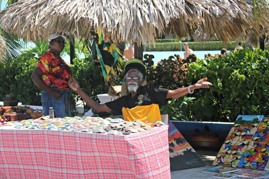 Grand Palladium Lady Hamilton Resort & Spa: Jamaica day market by the Las Brisas pool bar
